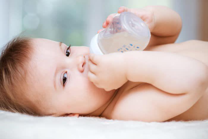 Trẻ sơ sinh không cần uống nước ngoài sữa mẹ
